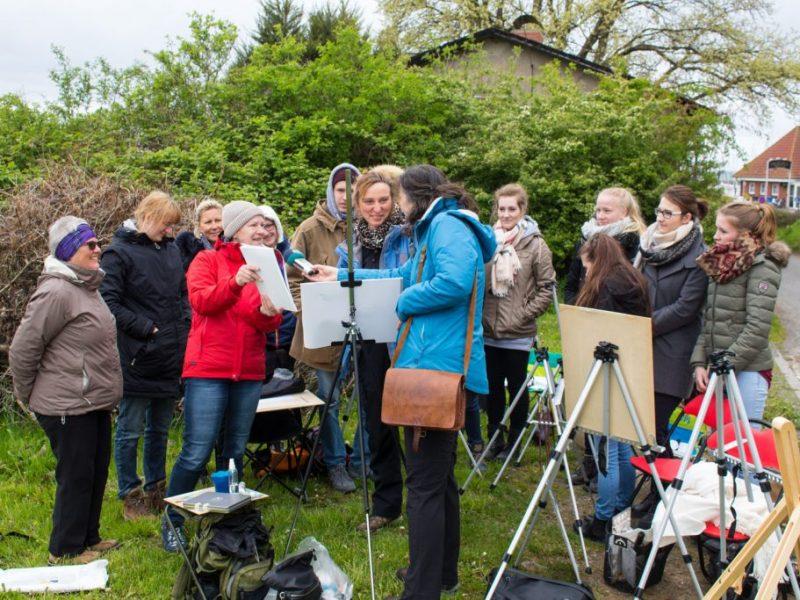 Frau Bülow, vom NDR Hörfunk interviewt Anke Gruss im Workshop Acryl Malerei (c) FRank Koebsch (3)